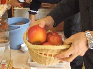 リンゴの皮むきコンテスト